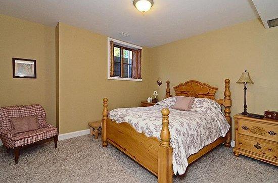 Lavender Cottage Bed & Breakfast: Canadian Room (Queen)