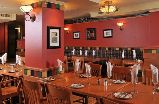 Banff Ptarmigan Inn: The Meatball Pizza & Pasta Dining Area