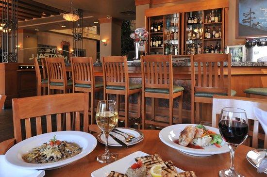 Banff Ptarmigan Inn: The Meatball Pizza & Pasta Lounge area
