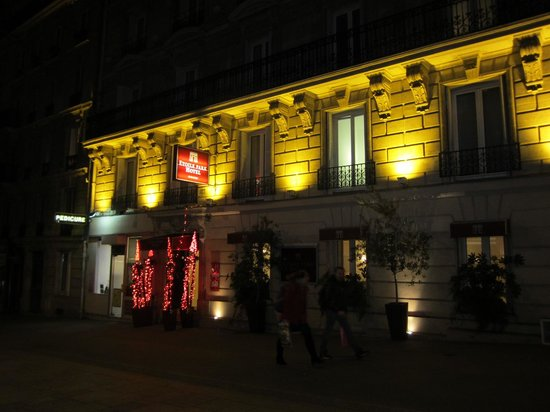 Etoile Park Hotel: Lit up at night