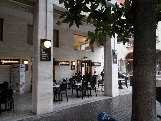 Caffe Gambrinus: i tavoli all'aperto sotto i portici
