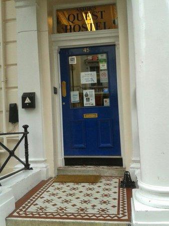 Astor Queensway Hostel: Entrada