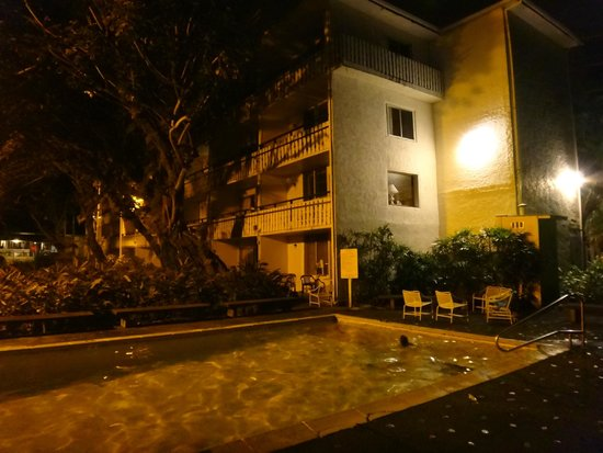Uncle Billy's Hilo Bay Hotel : Night time swimming was great!