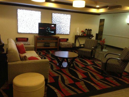 La Quinta Inn & Suites Conway: Lobby seating