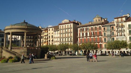 Plaza del Castillo: Construções ao redor da praça