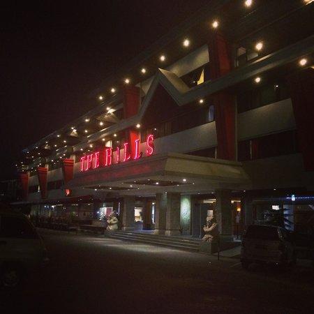 The Hills Batam: Hotel main entrance at night
