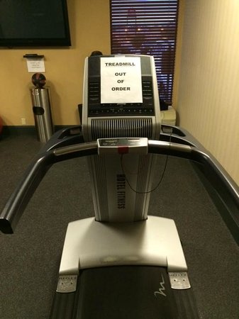 Hampton Inn Washington: Fitness Room / Broken Equipment