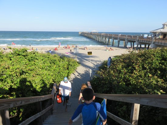Juno Beach Pier: Entrance to beautiful view of the pier