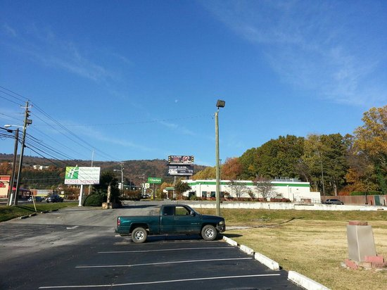 Days Inn Dalton: From motel O'Charleys is the building with the green stripe it's very close