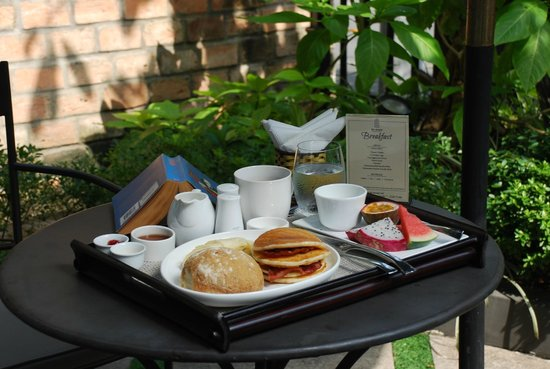 The Alcove Library Hotel: Breakfast service in garden