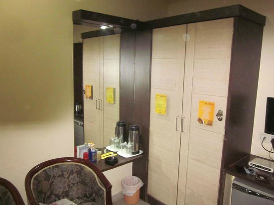 Hotel Savera Residency : Cupboards and Wall Mirrors. Spartan but works fine.