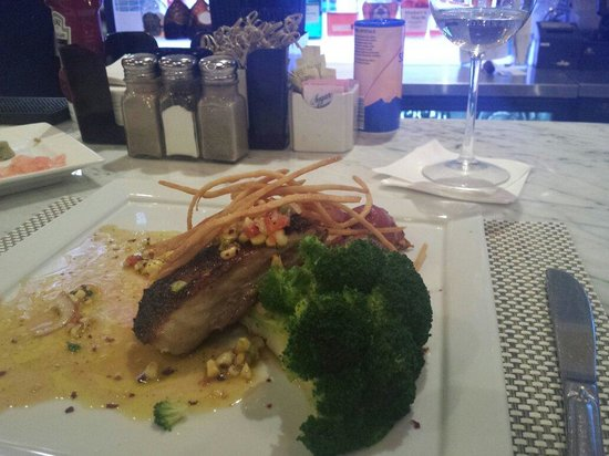 Fat Tuna Grill & Oyster House : Mahi mahi with broccoli