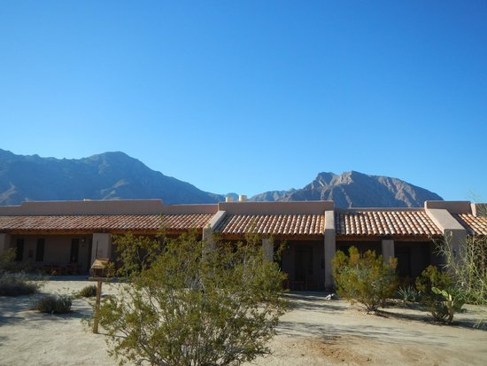 Borrego Valley Inn: Beautiful day, mountains and the Inn in the desert