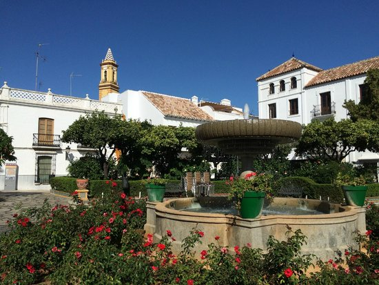 Plaza de las Flores de Estepona : Площадь Цветов в октябре