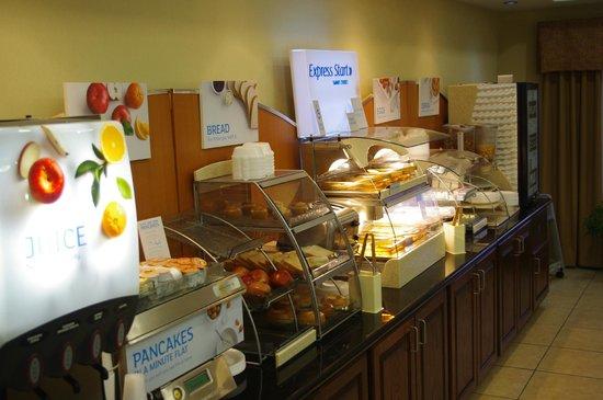 Holiday Inn Express Hotel & Suites Portland: breakfast bar