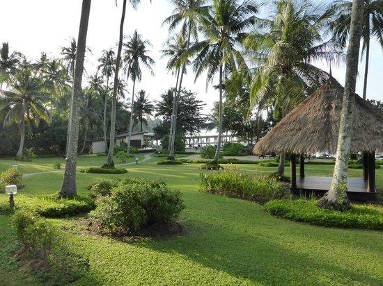 Shantaa Koh Kood: Garden towards beach