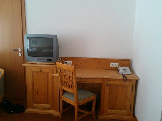 هوتل لومان شامل جميع الخدمات: Schreibtisch mit kleinem Kühlschrank auf der rechten Seite