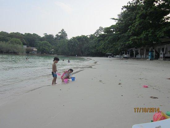 Vongdeuan Resort: The beach