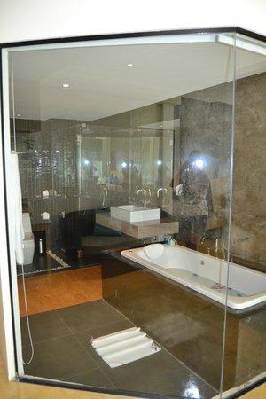 Wanaburi Hotel: Вид с номера в ванную комнату за стеклом