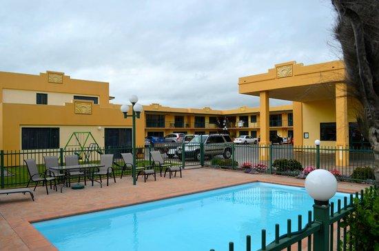 Deco City Motor Lodge : Vue de la cour intérieure de la piscine