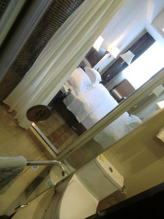 Jintone Guilin Grand Hotel: Blick vom Bad ins Zimmer