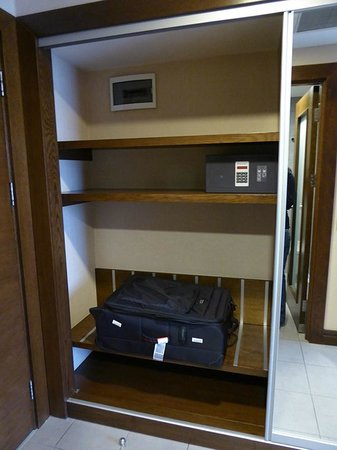 Midtown Hotel : Cupboard