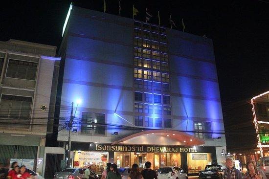Dhevaraj Hotel: façade de nuit avec entrée principale face au marché