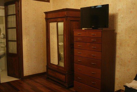 Capital Plaza Hotel: Il mobilio della stanza