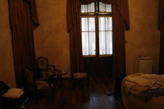Capital Plaza Hotel: La porta e il mobilio della stanza