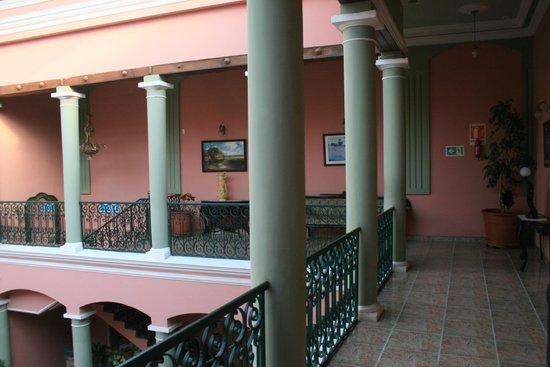 Capital Plaza Hotel: Vista dell'elegante portico interno