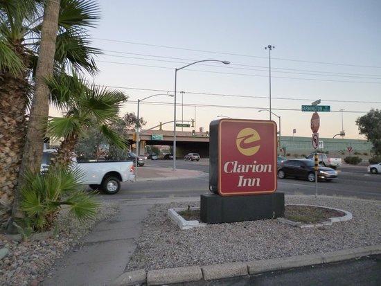 Quality Inn: 入口の様子、奥はI-10