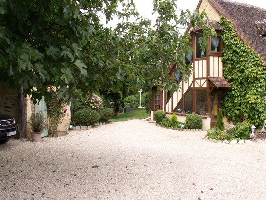 La cour et parking devant l 39 entr e au jardin photo de la - L entree de la maison ...