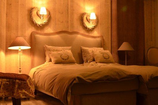 Le Clos du Saint-Quentin: Lit chambre Suite