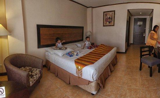 Hotel Tropika Davao: Kids enjoying the room :)