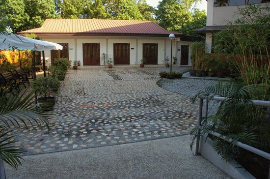 Hotel Tropika Davao: Function hall with grounds (at the back of the hotel)