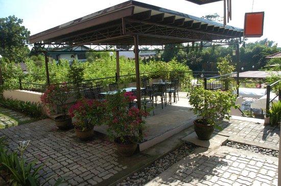 Hotel Tropika Davao: Coffee/Dining area near the pool