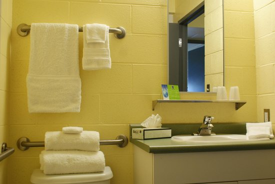Residence & Conference Centre - Sudbury West: 3 piece washroom