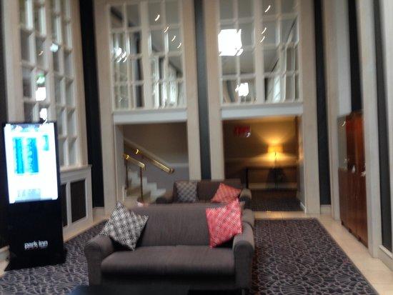 Park Inn by Radisson Shannon Airport : Lobbybereich (leider etwas unscharf)