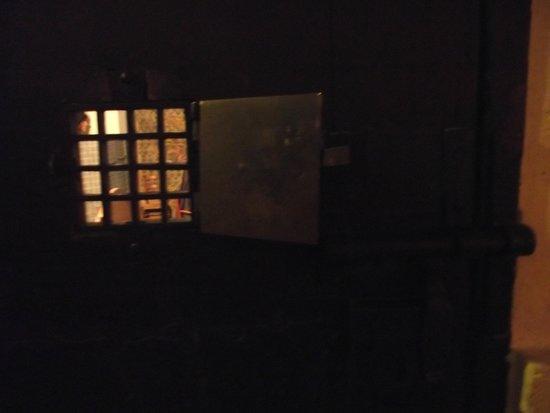 af41018b137 Conciergerie  Pequena janela da porta do quarto-prisão de Marie Antoinette. Conciergerie  vista do Quai ...