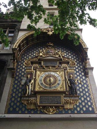 d1f33e6da99 Conciergerie  Relógio na fachada da torre do relógio visto do Quai de  l Horloge