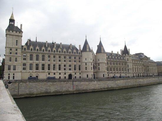 11f0f2bdcc9 Conciergerie às margens do Sena vista da Pont au Change. Conciergerie   Relógio na fachada da torre do relógio visto do Quai de l Horloge