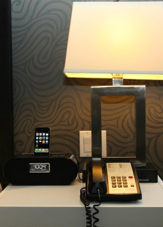 Hotel Alexander: Bedside Ipod Dock and Charging Station