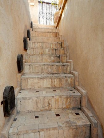 Riad Mur Akush: Old stone staircase leading to the roof top