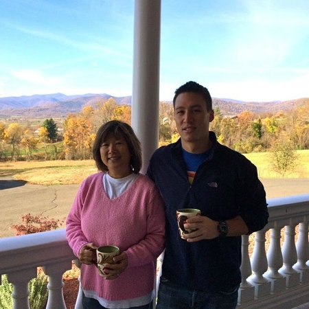 Harmony Manor Bed & Breakfast: beautiful mtn views from porch