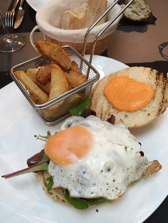 Singular : Hamburguesa de la casa con patatas