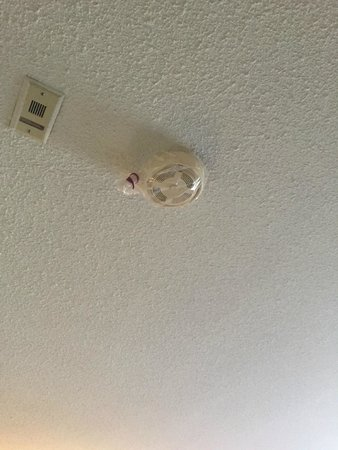 Abercorn Inn Vancouver Airport: smoke detector wrapped with plastic bag!