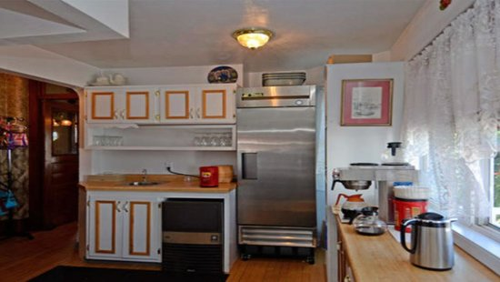 Ages Past Country House Bed & Breakfast: Butler Pantry