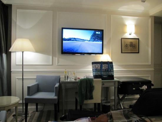 Hotel de l'Universite: Mesa de apoio e TV de tela plana em frente a cama do quarto superior
