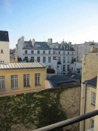 Hotel de l'Universite: Vista da janela do quarto superior nos fundos do quarto andar.