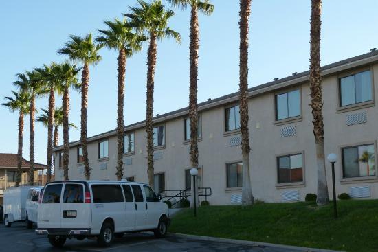 Best Western Pahrump Oasis: le bâtiment comprenant les chambres avec le parking juste devant.